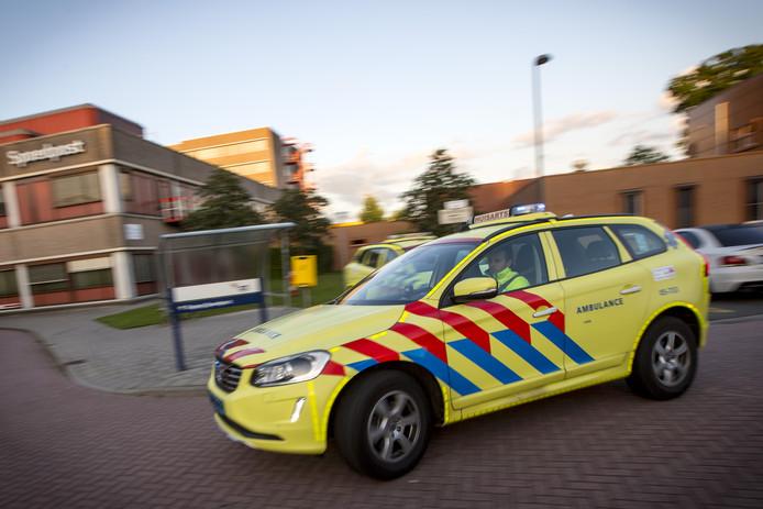 Ambulances rijden af en aan, patiënten worden onderzocht en tientallen triagistes staan mensen telefonisch te woord.