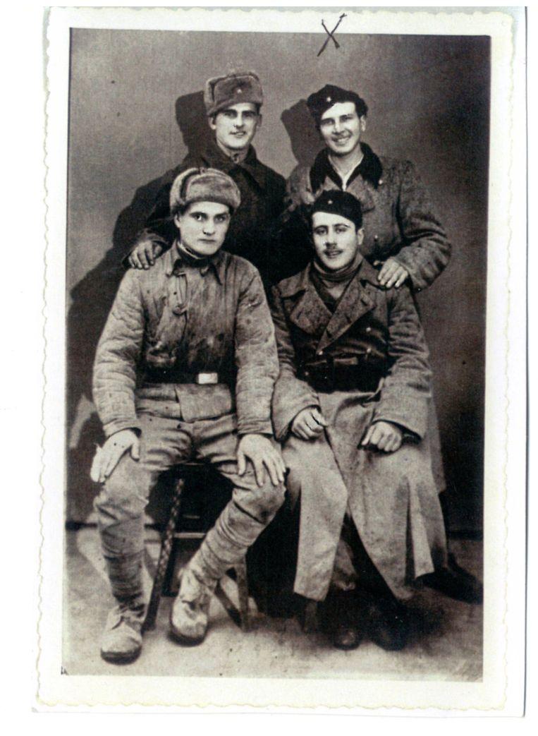 Op de oude foto staat hij tussen Joegoslavische soldaten, rechts op de tweede rij. Beeld RV