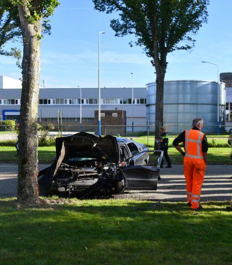 Auto tegen boom in Middelburg, twee gewonden met spoed afgevoerd