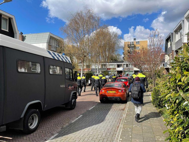 ME door de straten van Amstelveen-Noord. Beeld Het Parool