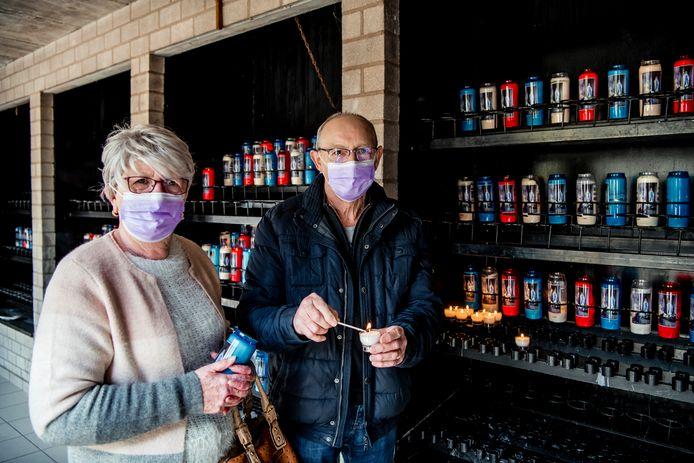 Roselien Gerets (71) en Gerard Beckers (73) komen een kaarsje branden.