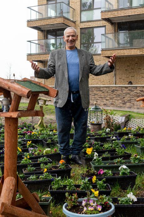 Met honderden bloemen fleurt Fadil (72) eigenhandig Liendert op, maar bijna greep de maaimachine in