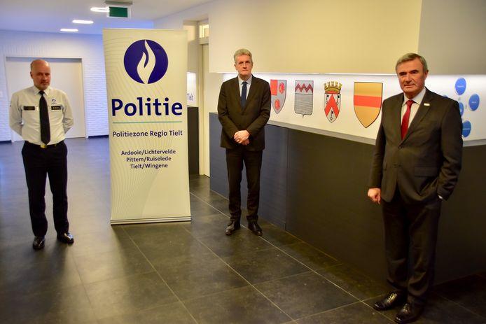 vlnr: Claude Vandepitte (zonechef PZ Regio Tielt), Luc Vannieuwenhuyze (voorzitter politiecollege) en Hendrik Verkest (afscheidnemend voorzitter politiecollege).