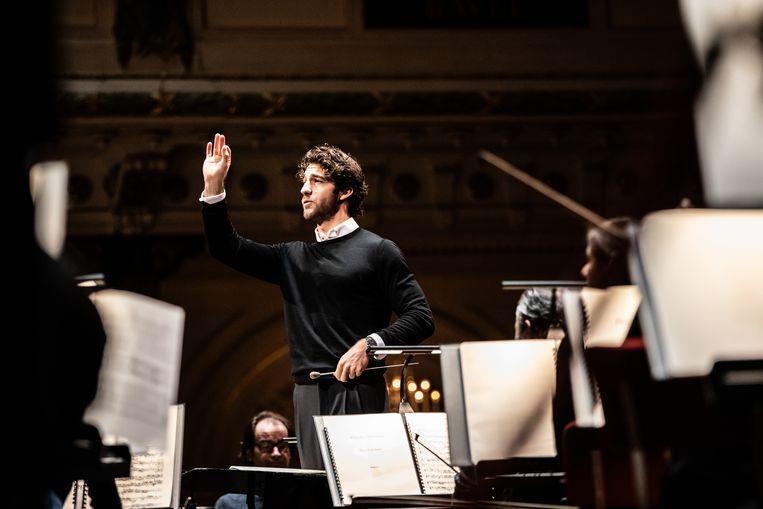 Dirigent Lorenzo Viotti in een repetitie met het Nederlands Philharmonisch Orkest in het Concertgebouw in Amsterdam. Beeld Melle Meivogel