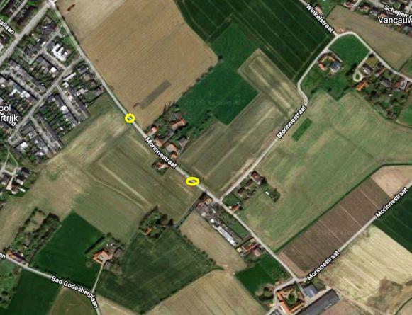 De twee gele cirkeltjes tonen waar de verkeersremmers zullen komen