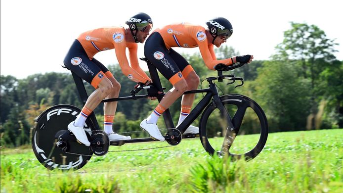 Piloot Timo Fransen uit Weurt met achter hem de slechtziende Vincent ter Schure in actie tijdens de paralympische wereldkampioenschappen in Portugal.