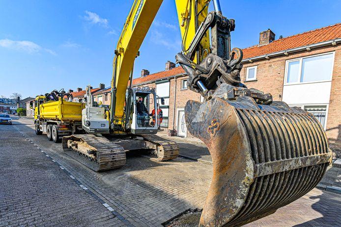 In de Hertshoornstraat is maandag het opknappen van riolering en straatwerk begonnen, als onderdeel van de metamorfose van de wijk Gageldonk-West. Wethouder Patrick van der Velden mocht de graafmachine bedienen.