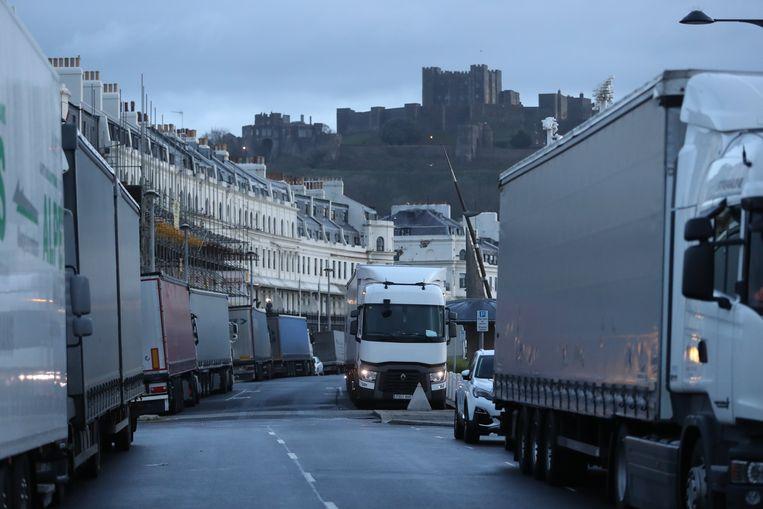 Vrachtwagens geparkeerd in Dover, op de tweede dag sinds Frankrijk de grens met het VK sloot.  Beeld Photo News