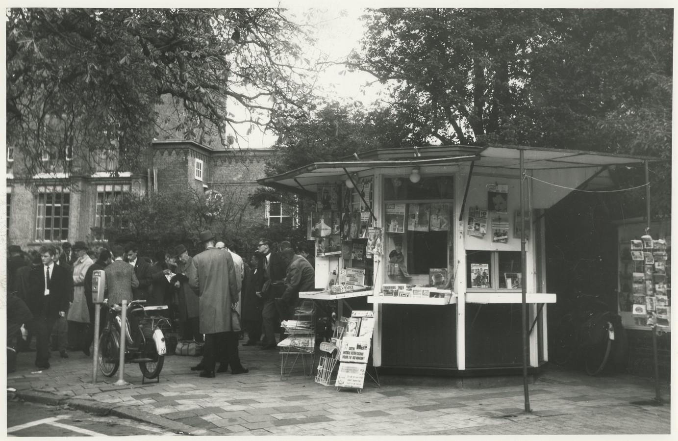 Ruilen, kopen en verkopen onder de Postzegelboom in 1960.