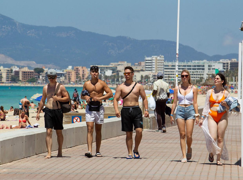 Toeristen bij het strand van Palma op Mallorca begin juni.  Beeld AFP