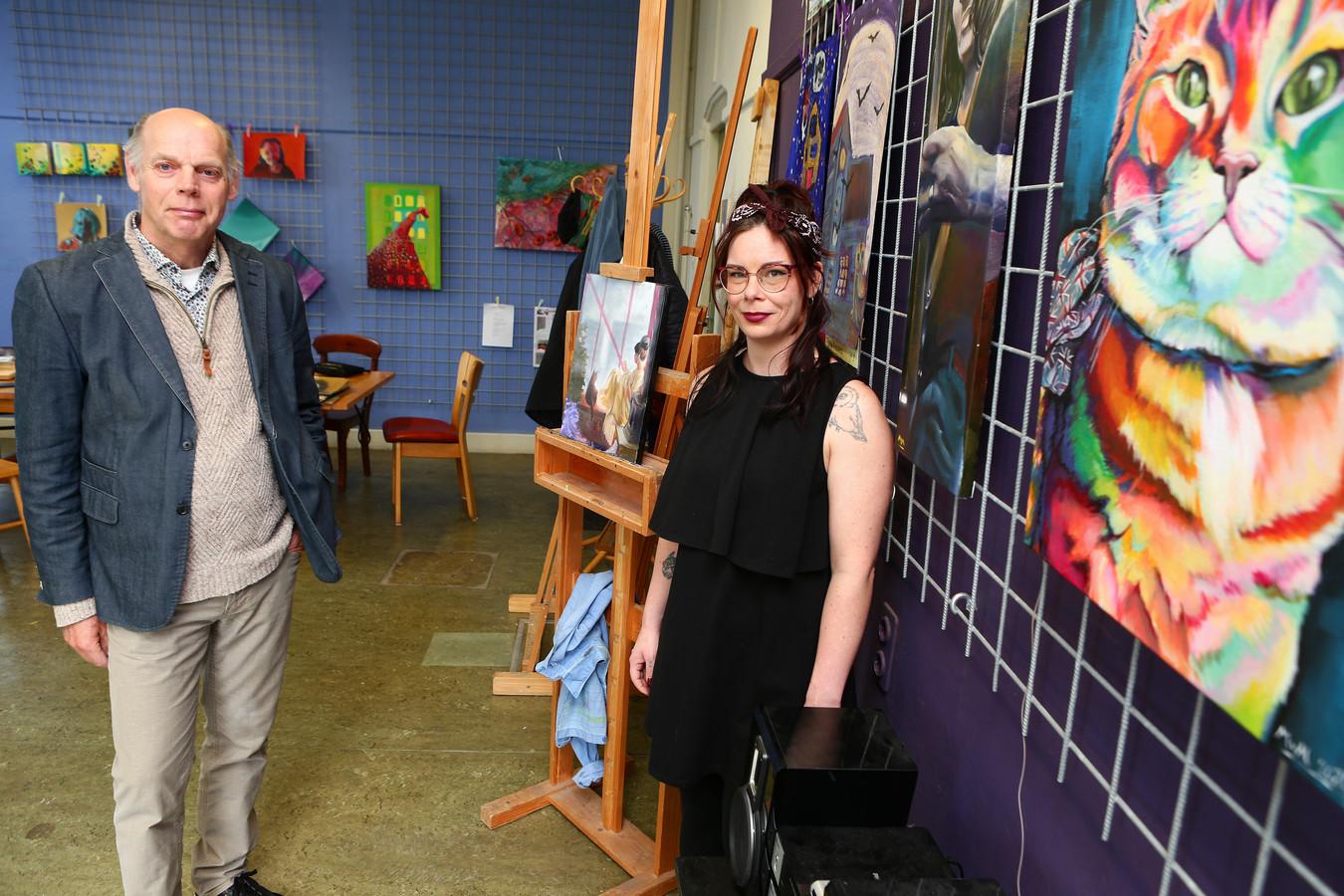 Kunstenares Milou van Montfort en Ton IJlstra van Creatief Centrum Woerden in het oude Minkemapand.