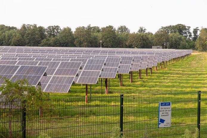 Een zonnepark, zoals hier in Enschede, op een kleidepot langs de A1 in De Lutte of in de omgeving van de Honingloweg in Losser is nu technisch en financieel geen haalbare kaart.