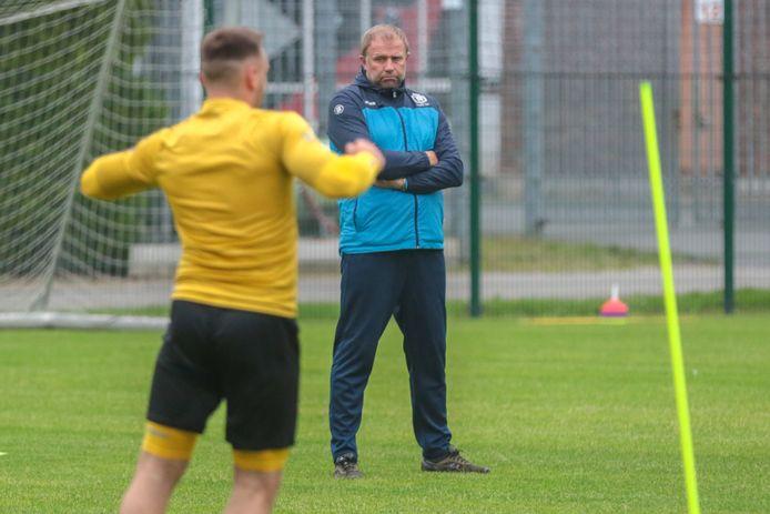 """Chris Janssens en assistenten legden er meteen de pees op afgelopen week. """"Die eerste maand is pittig. De spelers krijgen maar één rustdag per week"""", vertelt T2 Geert Dirinck."""
