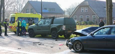Auto botst bij Nieuw-Milligen op defensievoertuig: één gewonde