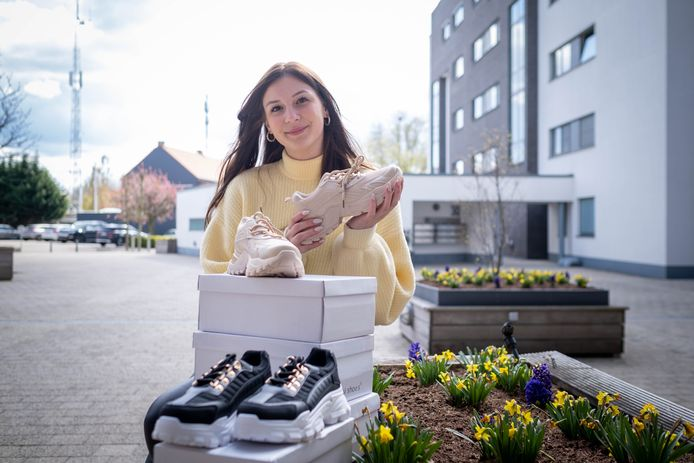 Studente Amber Schijvaerts heeft sinds enkele maanden een webshop voor schoenen.