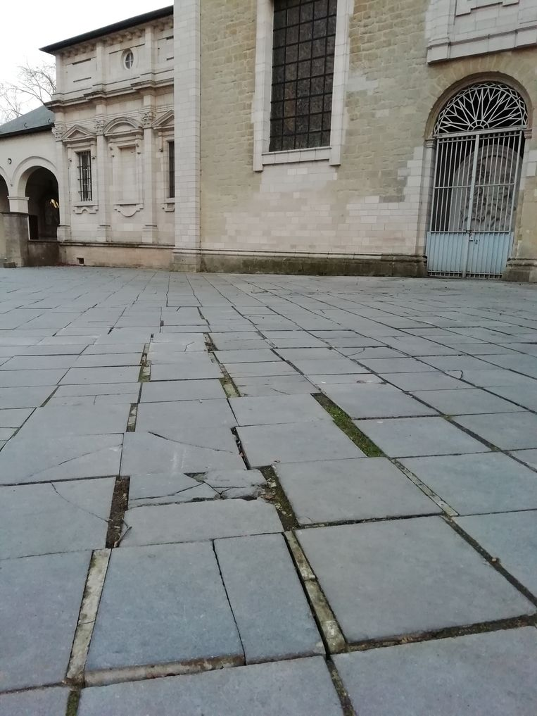De losse plaveien rond de basiliek moeten vervangen worden.