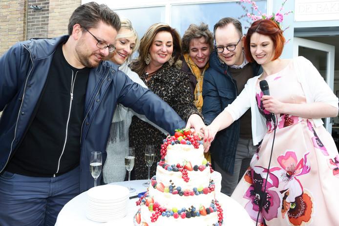 Marjolein van Till (rechts) opende zaterdag haar taartenwinkeltje de Bakplaats in Ameide. Enkele mede kandidaten van Heel Holland Bakt verrichtten samen met haar de officiële opening van de winkel.