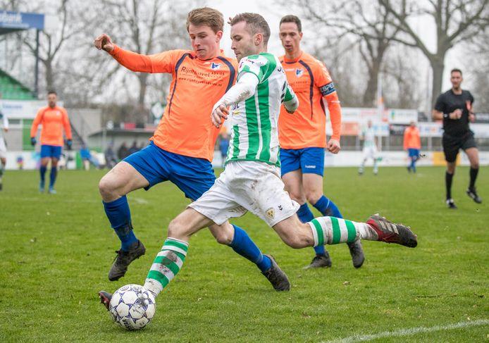 Ronaldo Meijer geeft de bal voor tijdens het duel van Kloetinge met SVL. Komend seizoen speelt hij weer in het rood en geel van Arnemuiden.