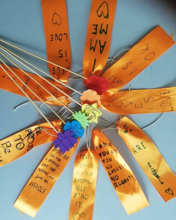 Leerlingen konden op de lintjes een eigen boodschap schrijven.