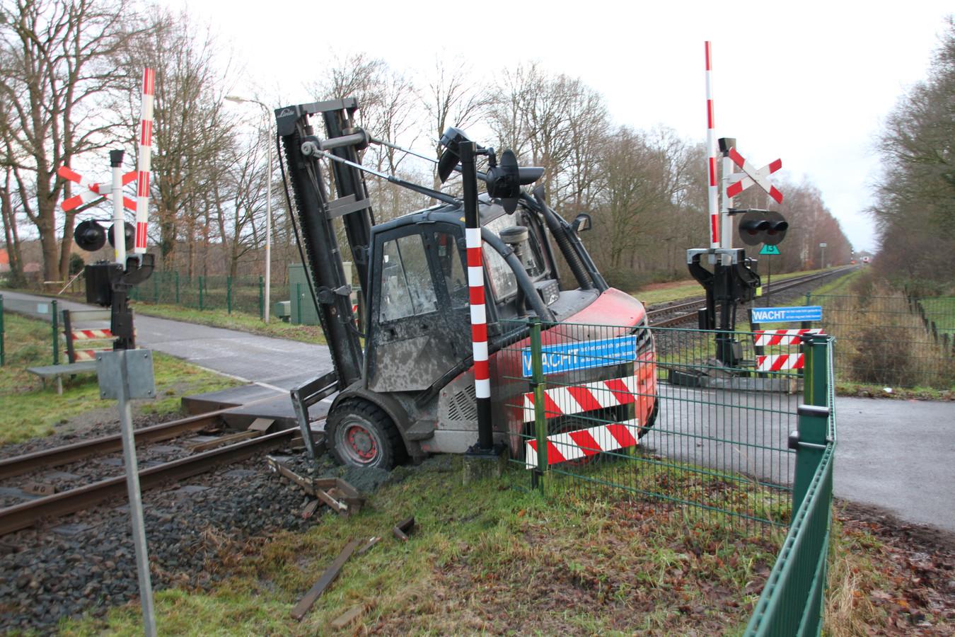 De heftruck op de overgang aan de Brandveenweg tussen Markelo en Diepenheim, na het ongeluk.