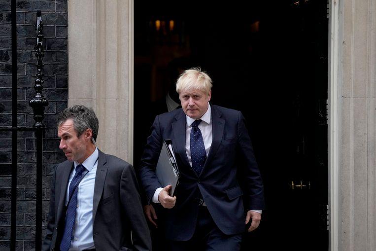 Boris Johnson verlaat zijn ambtwoning aan 10 Downing Street.  Beeld AP