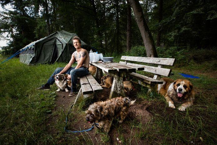 Victor Spijkerman, hier op een archieffoto uit juli van dit jaar, toen hij met zijn honden in een tent in het buitengebied va Valkenswaard bivakkeerde.