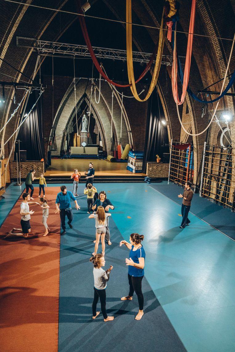 De leszaal van het Leuvense 'Cirkus in Beweging' is een omgebouwde kapel. Beeld thomas sweertvaegher