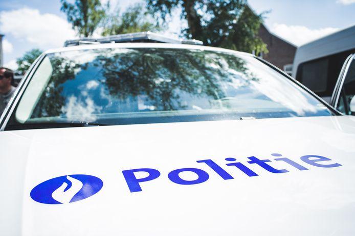 In de Venecolaan in het industriepark in Aalter zijn woensdagochtend acht transmigranten naar het politiebureau overgebracht nadat ze uit een vrachtwagen tevoorschijn waren gesprongen en op de vlucht waren geslagen.