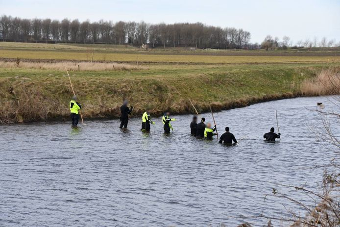 De politie doet onderzoek in het Uitwateringskanaal.