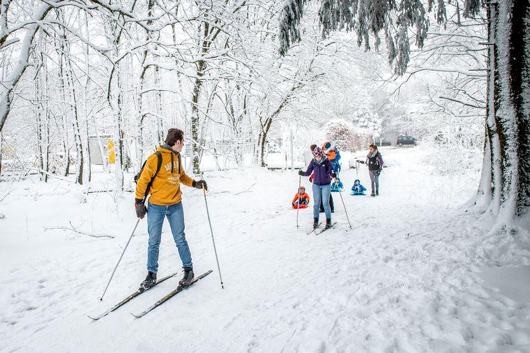 Twee weken geleden: heel wat toeristen trokken naar de Ardennen en bonden er de langlauflatten aan. Verwacht wordt dat de sneeuw ook volgende week zeker daar blijft liggen. Beeld Sebastien Smets - Photonews