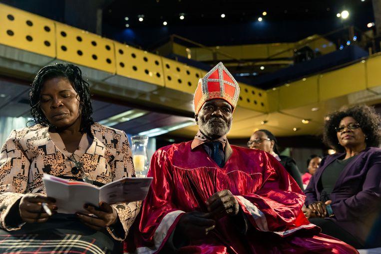 Een bisschop luistert tijdens de bijeenkomst die meerdere kerken op donderdag hebben georganiseerd, om de dialoog te bevorderen tussen de politieke leiders van het land. Beeld AFP