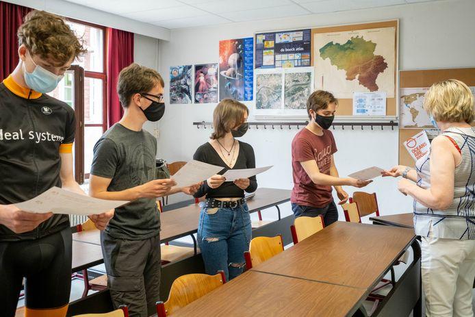 BORNEM Alex Eyckerman, Mathijs Meersman, Thijs Augustinus en Sietze Verhaegen krijgen hun getuigschrift van de Vlaamse Geografie Olympiade op OLVP