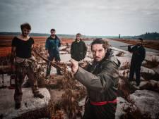 Metal-rap band Selkies uit Almelo haalt nacht door op vliegveld Twenthe voor vurige clip: 'Ik hou ervan met rap verhalen te vertellen'