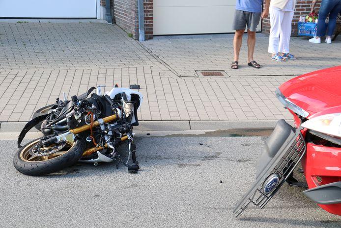 De motorrijder liep zware verwondingen op na de frontale klap.