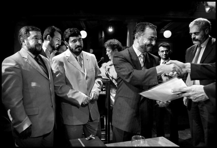 Turkse imams hebben hun inburgeringscursus met succes afgerond en ontvangen een certificaat in 2003. Beeld Joost van den Broek / de Volkskrant