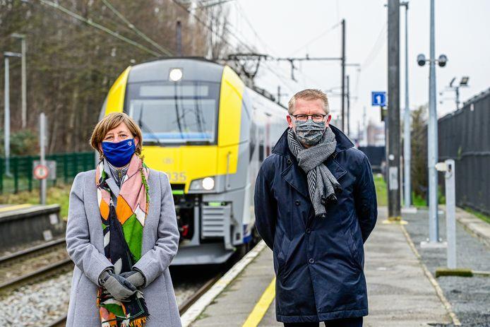 Archiefbeeld. Sophie Dutordoir, de topvrouw van spoorwegmaatschappij NMBS poseert naast minister van Mobiliteit Georges Gilkinet (Ecolo).