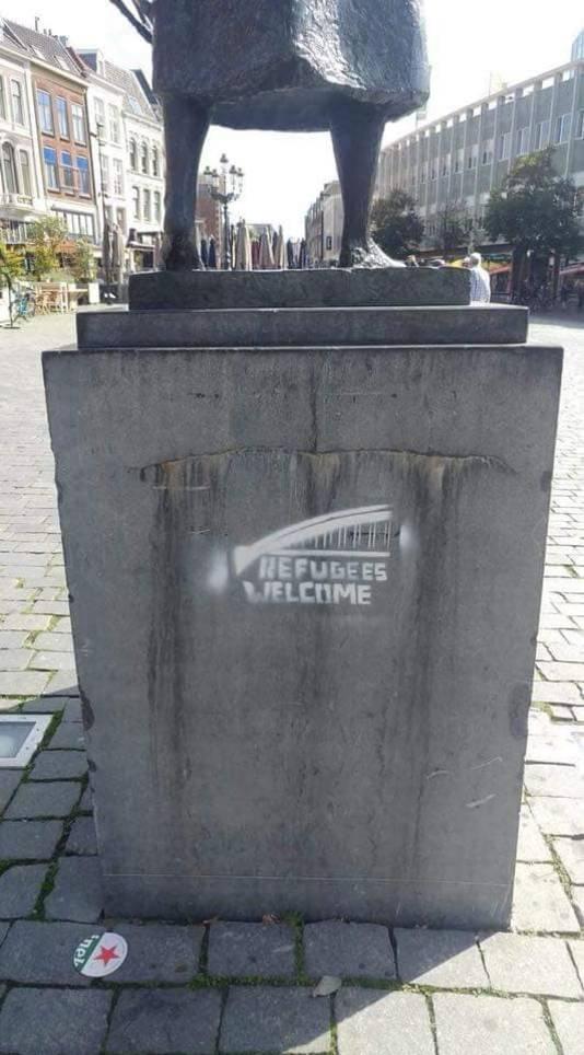 Graffiti met Refugees Welcome op de sokkel van Mariken van Nieumeghen op de Grote Markt