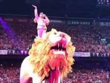 68.000 knalroze Toppers-fans getrakteerd op metershoge witte circusleeuw