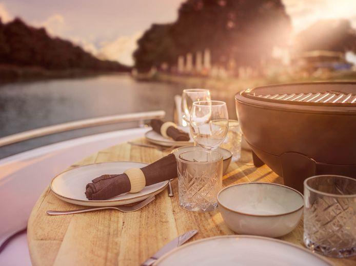 Een mooi sevies, glazen en linnen servetten zorgen voor een luxueus gevoel.