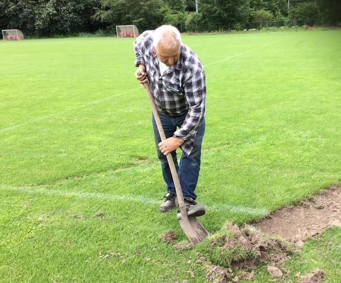 Backer probeert de schade aan het veld van Rimboe te herstellen.