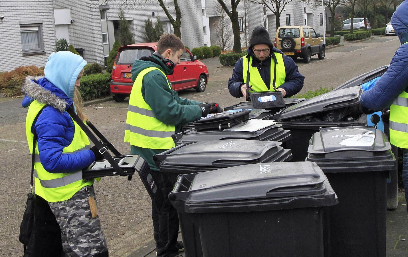 Archieffoto: Controle op afval in containers wijk Hooghuis Etten-Leur.