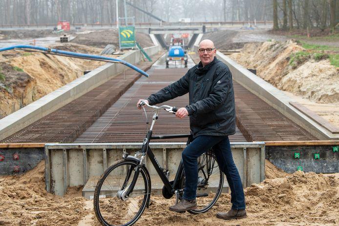PB-voorzitter Wilco Volkerink, bij de tunnel onder de N48 die later dit jaar geopend moet worden. ,,Buurtschap Varsen telt ruim 600 inwoners. Een groot deel gaat straks gebruik maken van de route. Voor hen moet het veilig zijn.