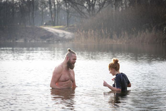 Nijverdaller Johan Wessels gebruikt zijn wekelijkse duik in het soms ijskoude water voor een kunstproject op Instagram. Vorige week ging hij samen met zijn Wierdense schoolvriendin Marleen Rensink kopje onder in Het Lageveld.