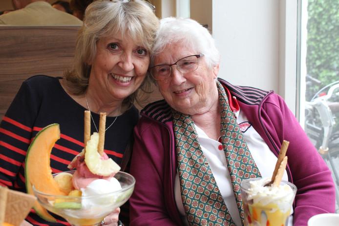 Fietje Bouhuijs-Duits (links) uit Malden met Ann Taylor, de dochter van de Engelse soldaat Bill Oliver.