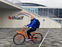 Lotte van Beek moet alles op de fiets doen nu ze geen auto meer van een commerciële ploeg rijdt.