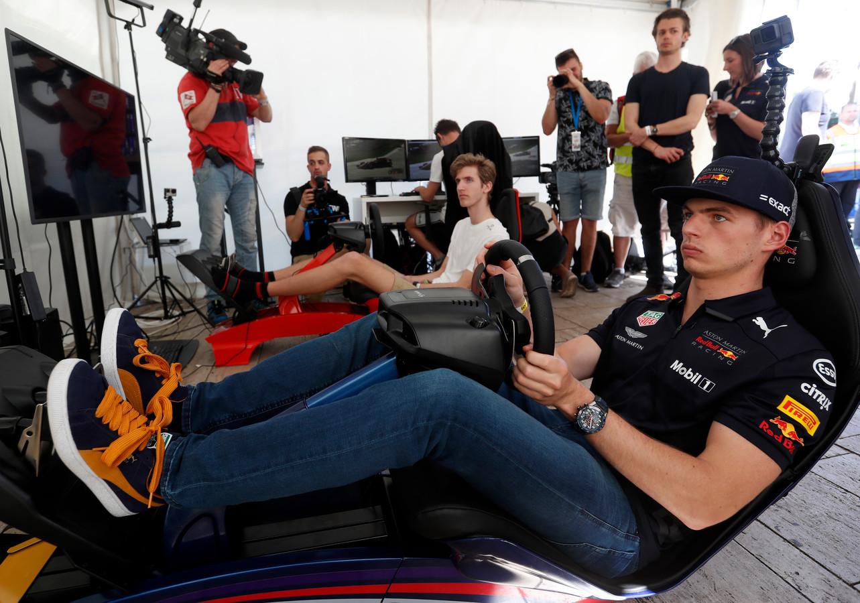 Max Verstappen racet virtueel tijdens de Red Bull Racing Budapest Showrun.
