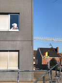 Claude Croes zette een knuffelbeer aan het raam van het gemeentehuis voor de kinderen op berenjacht.