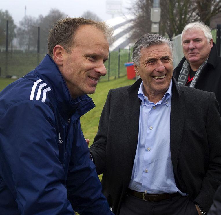 Sjaak Swart (m) met Dennis Bergkamp (l) en Gerard van der Lem. Beeld ANP