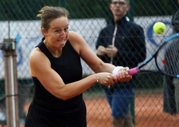 De 29-jarige Magali Van Landegem aan het werk tijdens het vrouwen 1-toernooi van TC Isis.