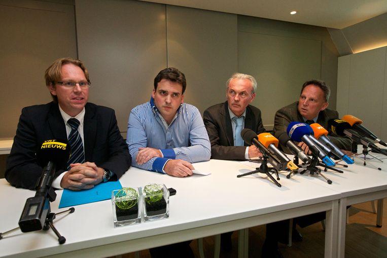 Advocaat Vincent Vereecke, Peter Gyselbrecht, Andre Gyselbrecht en advocaat Johan Platteau op de persconferentie. Beeld BELGA